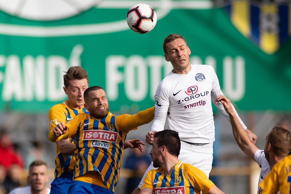 Opava - Zápas fotbalové FORTUNA:LIGY mezi 1. FC Slovácko a SFC Opava 9. března 2019. Dominik Simerský (SFC Opava), Jan Schaffartzik (SFC Opava).