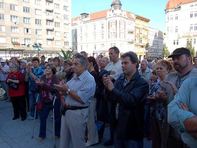Více než dvě stovky účastníků přišly na včerejší demonstraci na Horním náměstí.
