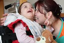 Tříletá Adélka totiž trpí částečným poškozením míchy, má diagnostikovánu dětskou obrnu a projevuje se u ní také epilepsie.