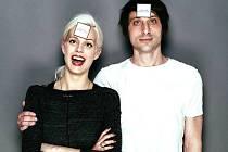 Zpěvák a umělec Jan Kunze se zapojil do celosvětové kampaně Fashion Revolution. Na snímku s českou zpěvačkou, violoncellistkou a modelkou Terezou Kovalovou.