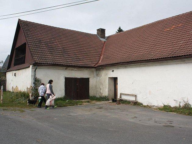 Podle neoficiálních informací místních lidí bydlel mrtvý muž se svou přítelkyní v tomto domě.