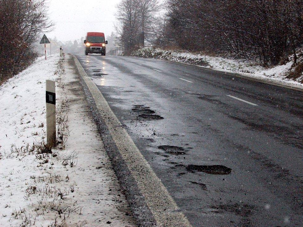 Díry v silnicích komplikují dopravu natolik, že v některých případech dokonce ohrožují život řidičů. Ti ve snaze vyhnout se jim, vjíždějí do protisměru.