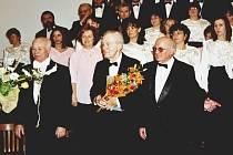 Radovan Lukavský (na snímku uprostřed) byl hostem Otvírání studánek v roce 2002. Letos bude přednášet Alfred Strejček.