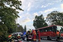 Při nehodě linkového autobusu a auta se zranili tři lidé.