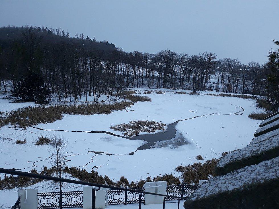 Jakmile zámecký rybník rozmrzne, bude opraven i upraven.