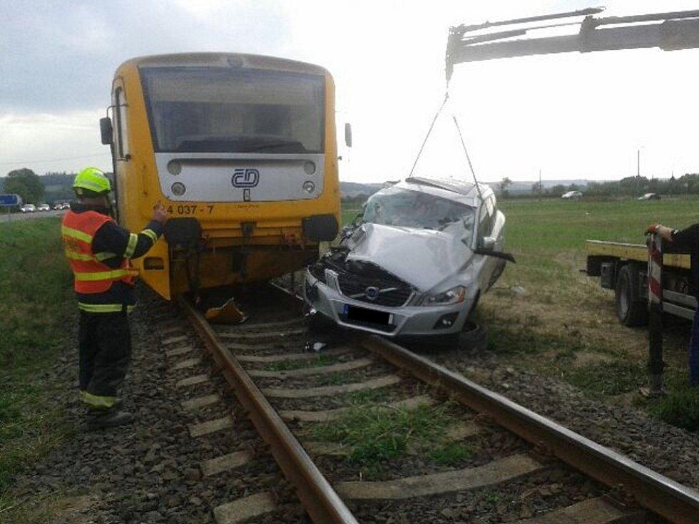 Následky srážky vlaku s osobním automobilem.