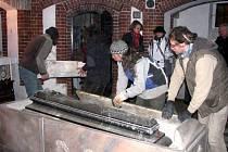 První část restaurátorských prací v hrobce rodu Lichnovských v Chuchelné je dokončena. Ve středu začali pracovníci odborně sestavovat opravený a vyleštěný mramorový sarkofág okolo rakve Karla Maxe Lichnovského. Ten kompletně dokončí zítra osazením ozdob.
