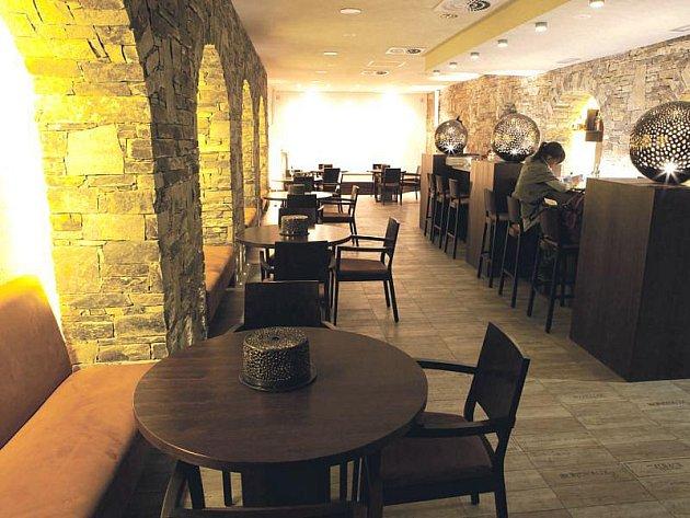 V baru restaurace Element mají možnost vystoupit hudebně nadaní studenti.