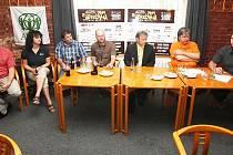 Tisková konference festivalu Štěrkovna Open Music. Kromě zábavy byla představena také charitativní sbírka pro lidi postižené povodní.