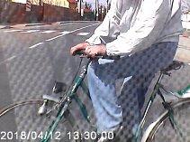 Policisté hledají cyklistu, který se srazil s autem a odjel