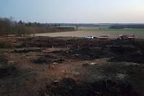UHLÍŘOVŠTÍ dobrovolníci místo vzniku požáru hlídali až do pondělních ranních hodin. Foto: SDH Uhlířov