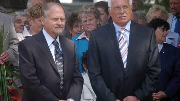 Slavnostního aktu u pomníku svého dědečka se účastnil i jeho vnuk Karel Engliš (vlevo). Také prezident Václav Klaus patří k obdivovatelům hrabyňského rodáka.