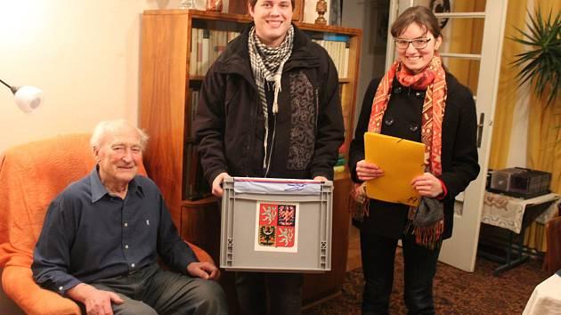 Antonín Zelenka, odvolil v pátek v předvečer svých jednadevadesátých narozenin doma ve svém bytě v Opavě. Svůj hlas odevzdal Jiřímu Drahošovi.