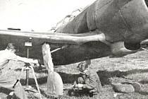 Mechanikové I. čs. smíšené letecké divize při přípravě stíhačky La-5 k bojovému letu.