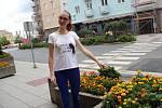 Zuzana Němcová ukazuje na jeden zkvětináčů, odkud se květiny kradou. Foto: