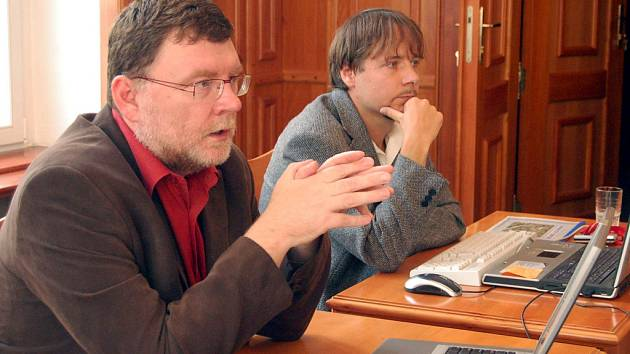 PRIMÁTOR A JEHO MLUVČÍ. Primátor Opavy Zbyněk Stanjura (vlevo) informuje novináře o chystaných projektech, které zásadně změní tvář města.