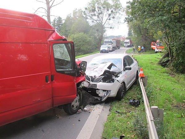 Nehodu mezi Dolním Benešovem a Kozmicemi způsobila dvaašedesátiletá řidička Škody Rapid, která z neznámých důvodů vjela do protisměru a střetla se s Fordem Transit.