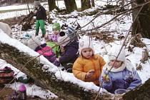 Děti tráví většinu času v přírodě.