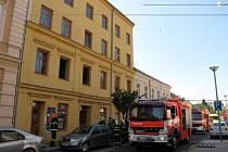 Nedělní požár v Hauerově ulici v Opavě má tragický konec. Jednaosmdesátiletá žena zemřela.