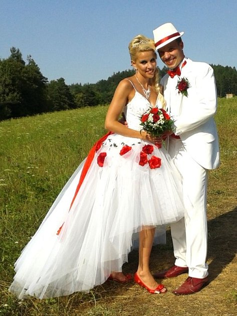 Snoubenci si zvolili svatbu v bílém.