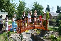 Vávrovičtí školáci představili návštěvníkům malé školní arboretum Český les.