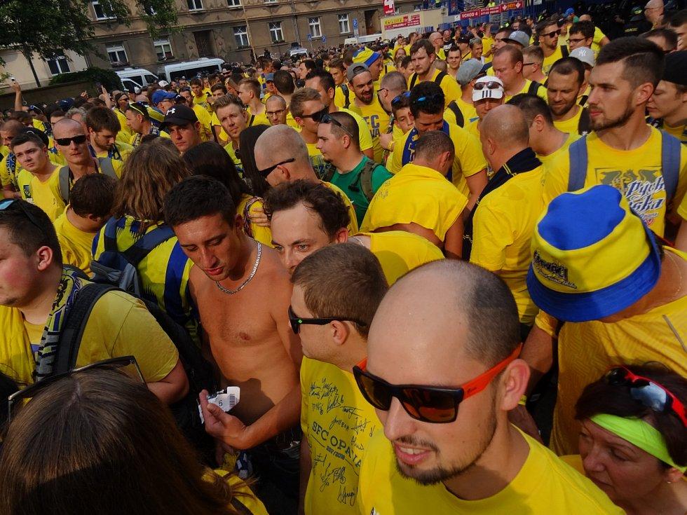 Přesun fanoušků Opavy na Letnou.