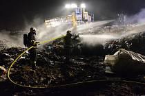Zásah hasičů u nočního požáru na skládce odpadu v Markvartovicích.