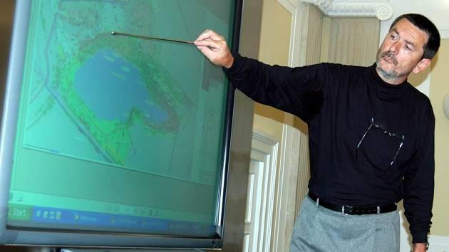 Lubomír Dehner představuje studii na nové rekreační využití oblasti okolo Stříbrného jezera.