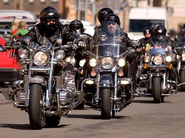 Vrcholem dne byla účast faráře, který motorkám požehnal před jedním z opavských kostelů.