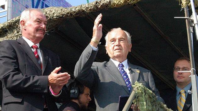V rámci letošních Dnů NATO na letišti Leoše Janáčka v Mošnově převzal Pamětní medaili Senátu ČR syn generála Heliodora Píky Milan Píka, komunisty popraveného v roce 1949.