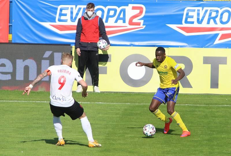 Fotbalisté Zlína (žluté dresy) ve 31. kole FORTUNA:LIGY remizovali s poslední Opavou 1:1. Foto: Jan Zahnaš