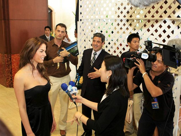 Adéla Vartová poskytla krátký rozhovor thajské televizní stanici TATV.