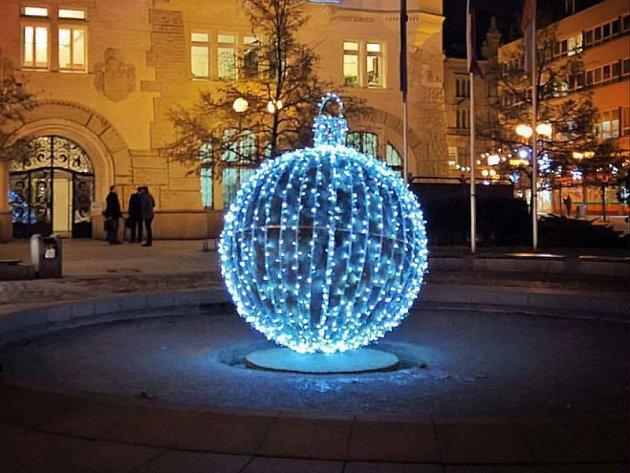 Koule před Hláskou na Horním náměstí se vminulých dnech proměnila ve svítící vánoční baňku.