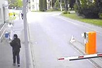 Ve středu 7. května kolem desáté hodiny dopoledne vešla do areálu Slezské nemocnice neznámá mladá žena v náručí s novorozencem.