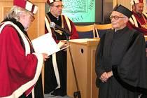 Milan Jelínek (vpravo) při slavnostním zasedání vědeckých rad a akademických senátů v univerzitní aule v Opavě v říjnu 2004, kdy mu byla udělena čestná hodnost doctor honoris causa Slezské univerzity.