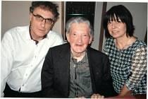 Vojtěch Jasný (uprostřed) s Tomášem Elisem a svou tajemnicí.