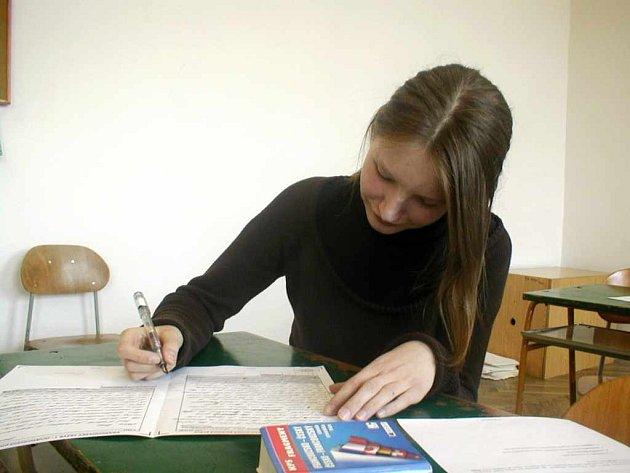 Studentka vyplňuje test z francouzštiny.