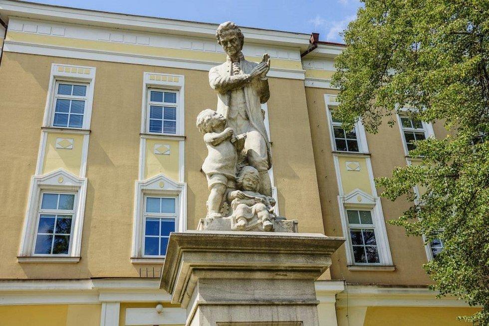 Pestalozziho pomník u školy.