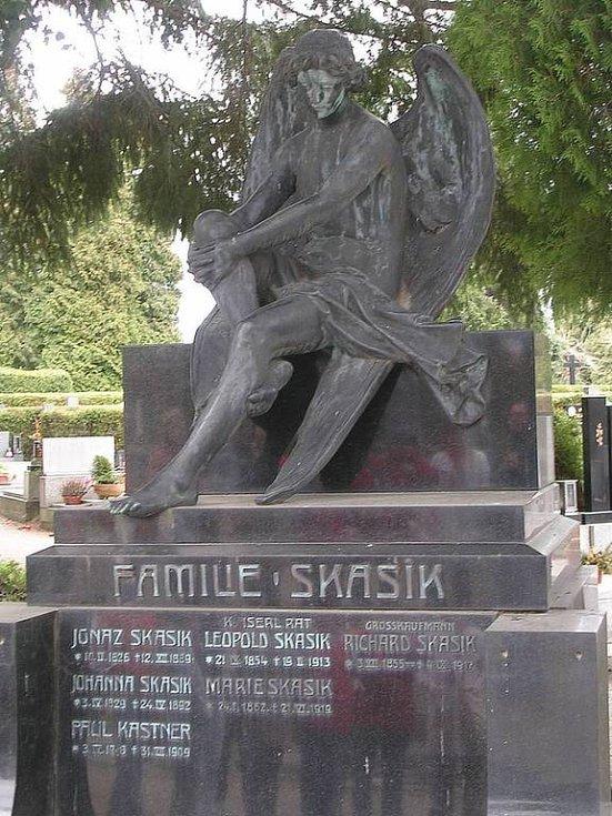 Sedící bronzový anděl z hrobu rodiny Skasikovy byl ukraden.