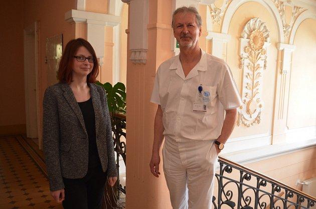 Studentka Barbora Mludková přišla do Slezské nemocnice vOpavě poděkovat primáři Petru Kümpelovi a jeho týmu za léčbu vzácné infekční nemoci.