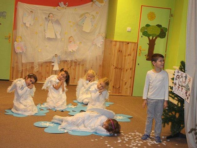 Andělíčci i Eskymáci. Děti svým vystoupením zpestřily v úterních dopoledních hodinách výstavu Mateřské školy v Jateční ulici.