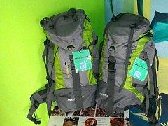Terénní pracovníci ponesou na zádech batohy označené zelenou cedulkou se znakem organizace Renarkon a nápisem streetwork.