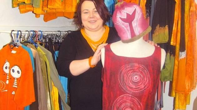 Patricia Stoklasová s oblečením, které sama navrhla, ušila a nazdobila.