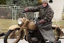 Daniel Halfar z Kobeřic a jeho motorka značky DKV, řady NZ 350, rok výroby 1943.