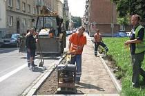 Zacpalova ulice. Právě tady se v současné době dokončují stavební práce na rekonstrukci komunikace zahrnující vozovku, chodníky, vjezdy a dostavbu parkoviště.