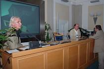 Rekonstrukci kláštera dominikánů představili architekti Daniel Špička (vlevo) a Mikuláš Hulec (vpravo). Za město Opavu se prezentace účastnil náměstek primátora Pavel Mališ (stojící vpravo).