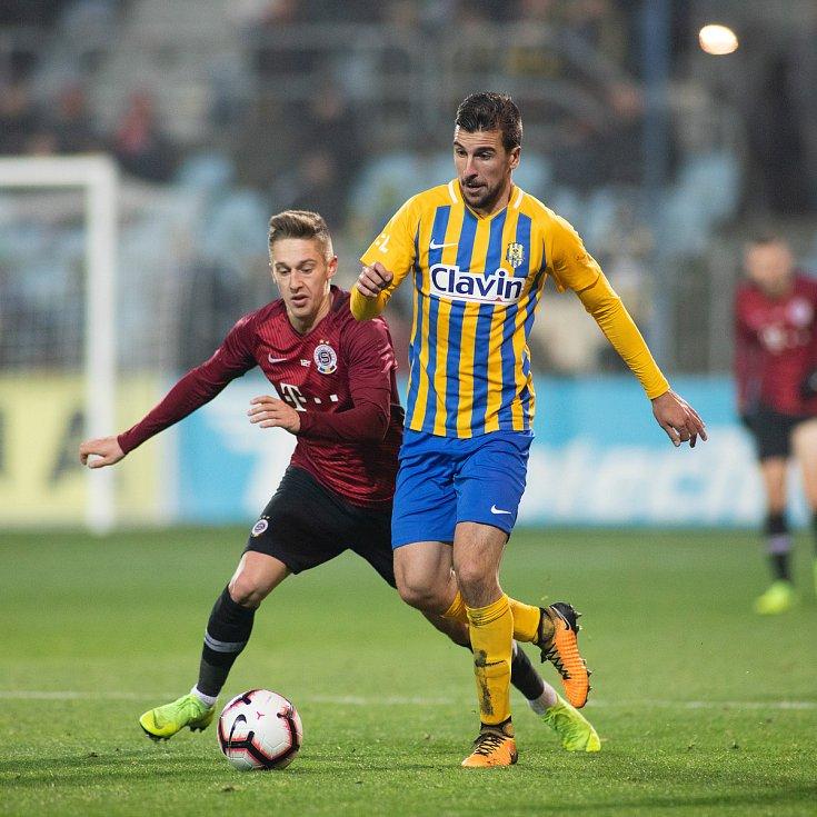 Zápas osmifinále MOL Cupu mezi SFC Opava a AC Sparta Praha 28. listopadu 2018 na Městském stadionu v Opavě. Tomáš Wiesner (AC Sparta Praha), Jan Řezníček (SFC Opava).