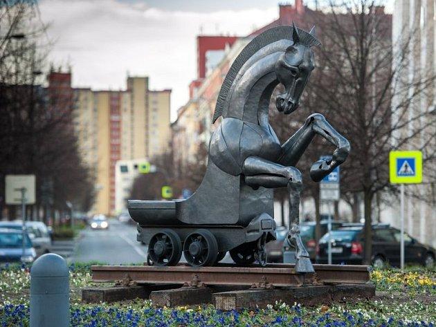 Vítězná plastika Sympozia prostorových forem Ostrava 2013 byla o tomto víkendu instalována na kruhový objezd před ostravskou Novou radnicí. Jde o unikátní dílo, z poloviny kůň a z poloviny hornický vozík.
