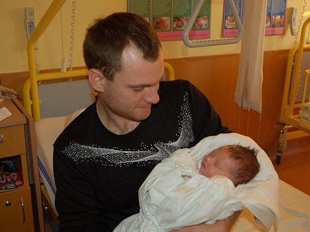 """David Brhel se narodil 7. prosince, vážil 3,41 kg a měřil 50 cm. """"Je to naše první miminko, přejeme mu hlavně zdraví,"""" podotkla maminka Zuzana Chlupsová a tatínek Zdeněk Brhel z Jakartovic."""