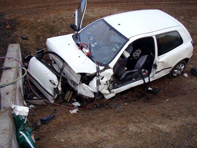 Takto skončil osobní vůz Fiat Brava projíždějící obcí Větřkovice na Vítkovsku. Třiadvacetiletá řidička utrpěla těžké poranění nohy a s podezřením na vnitřní zranění břicha byla dopravena vrtulníkem do Fakultní nemocnice v Ostraně-Porubě.